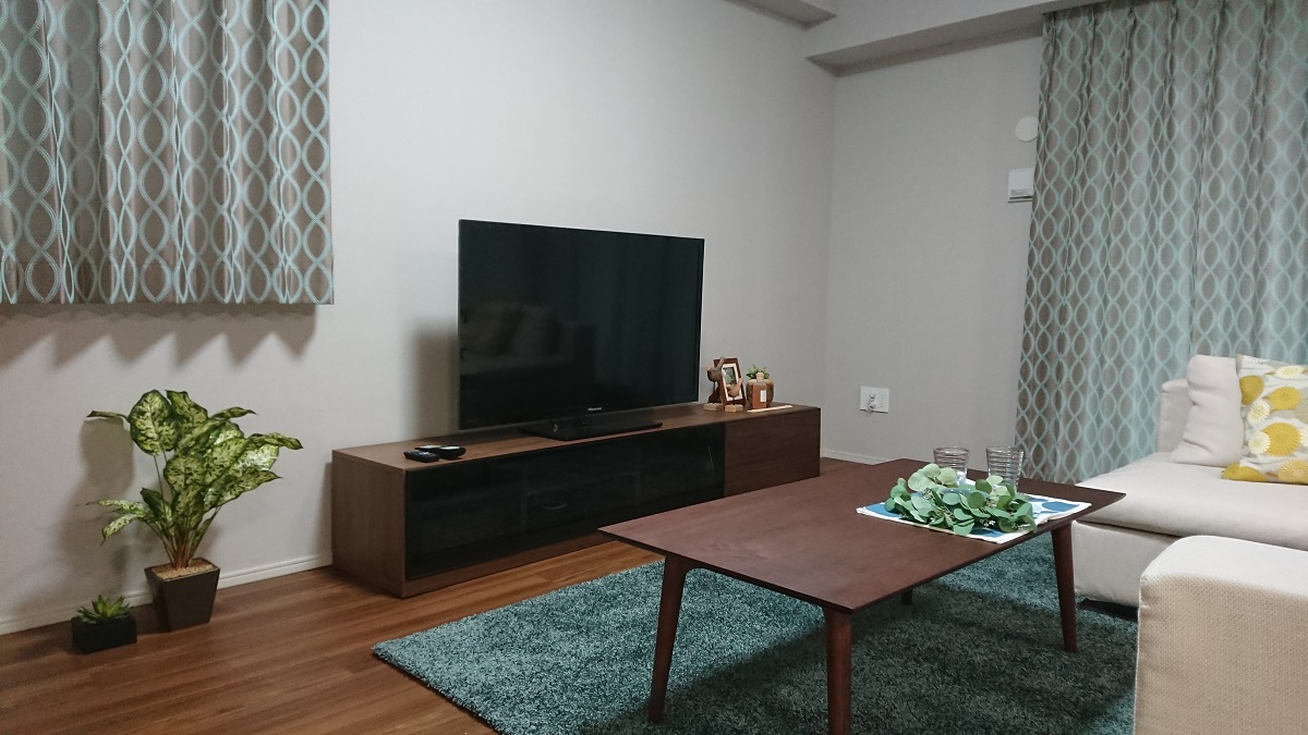 Pマンション様 モデルルーム/ シャイン210テレビボード ホースシューコーヒーテーブル  ノットベッフェオーダーラグ エフビーマルチシェルフ ニューボーグシェルフ メッツォ2デスク B20チェア ドレープカーテン :FEDEクチュール